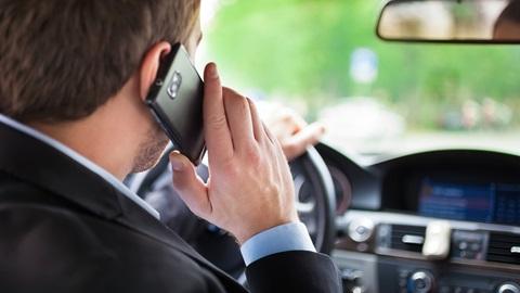 Cellulare alla guida e ritiro della patente